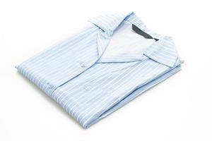 Camisa azul con franja blanca aislado sobre fondo blanco. foto