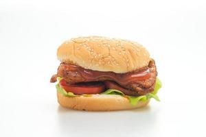 Hamburguesa de pollo a la parrilla con salsa aislado sobre fondo blanco. foto