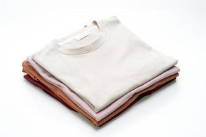 Camisetas dobladas aislado sobre fondo blanco. foto