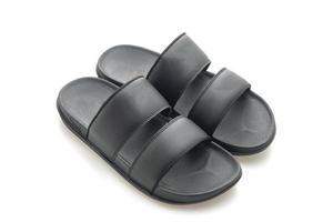 Sandalias de cuero negro aislado sobre fondo blanco. foto
