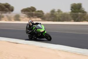 ciudad, país, mmm dd, aaaa - competición de motos en una pista de carreras foto