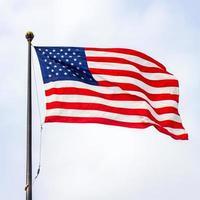 la bandera de los estados unidos de américa en un día soleado. foto