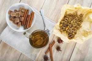 té de manzanilla caliente hecho de flores silvestres foto