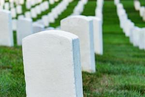 lápidas en un cementerio pacífico. foto