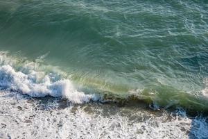 mar claro y olas en la orilla en verano foto