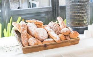 filas de pan fresco foto