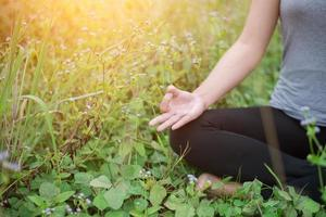 hermosa mujer en posición de loto practicando yoga. foto