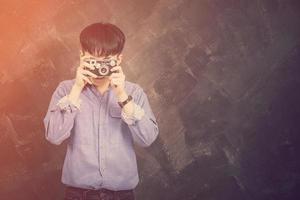 retrato, de, un, joven, llevando, jeans, y, camisa, estilo, hipster, hacer foto
