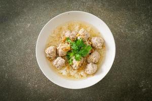 arroz hervido con tazón de cerdo foto