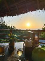 Mesa de desayuno en la terraza de madera rústica patio de un restaurante en Zanxibar al amanecer o al atardecer foto