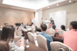 desenfoque abstracto personas estudian o dan conferencias o reuniones o talleres en el aula - filtro de efecto vintage foto