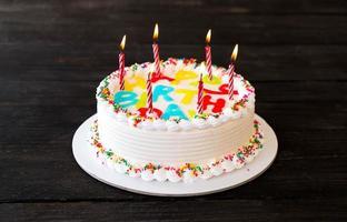 pastel de cumpleaños feliz en la mesa foto
