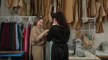 dos sastres profesionales, diseñadores o costureras que trabajan con vestido de sastrería de nuevo modelo en maniquí o maniquí en estudio, taller de taller. concepto de moda y sastrería foto