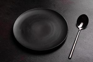 Juego de vajilla lista para la comida con espacio de copia en negro foto