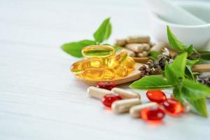cápsula orgánica a base de hierbas de medicina alternativa con vitamina e omega 3 foto