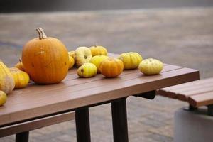 Calabazas en la mesa en la ciudad de Hokkaido. foto