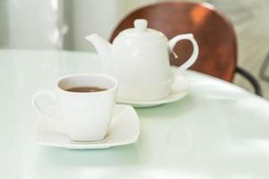 taza de té caliente en la mesa foto