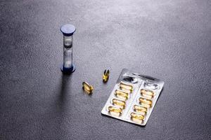 Cápsulas de omega 3 sobre fondo negro oscuro foto