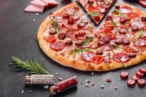 pizza de pepperoni con queso mozzarella, salami y jamón foto