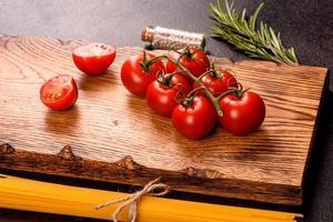 ingredientes para cocinar pasta sobre un fondo oscuro foto