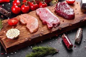 bistec fresco y jugoso de ternera, cerdo y pollo foto