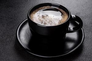 una taza de café matutino recién perfumado para comenzar el día con alegría foto