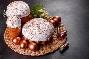huevos de pascua de oro y bronce y pastel de pascua foto
