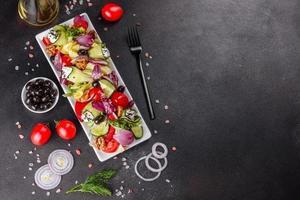 Ensalada saludable con tomates cherry, aceitunas orgánicas foto