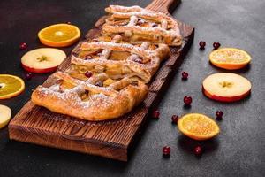 delicioso pastel recién horneado con manzana, peras y bayas foto