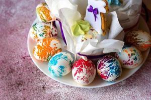 huevos de pascua de colores brillantes con pasteles de pascua foto