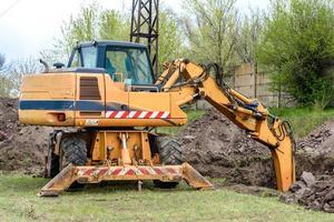 la excavadora moderna realiza trabajos de excavación en el sitio de construcción foto