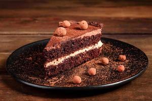 un trozo de delicioso pastel de chocolate con frutos rojos foto
