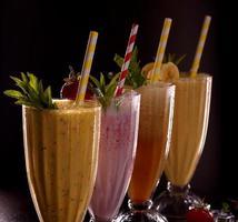 varios vasos con refrescantes papas fritas con plátano, fresa foto