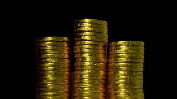 pièce d'or sur fond noir et futur concept d'économie d'argent video