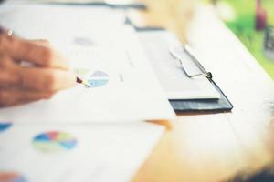 manos de mujer de negocios trabajando y sosteniendo información comercial foto