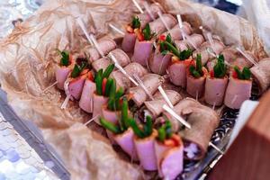 mesa de banquete bellamente decorada con bocadillos fríos con carne foto