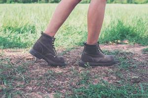 Pies de mujer joven aventura caminando sobre grava en el parque. foto