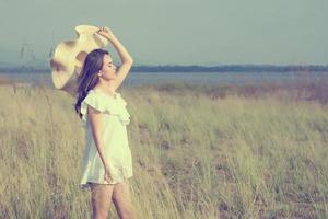 hermosa joven disfrutando de la naturaleza fabulosa, estilo suave de ensueño foto