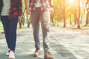 pareja de jóvenes adolescentes caminando juntos en el parque, vacaciones relajantes. foto