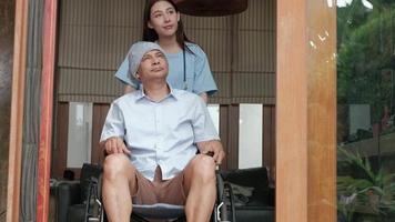 Pacientes con cáncer en tratamiento de rehabilitación en silla de ruedas a domicilio. video