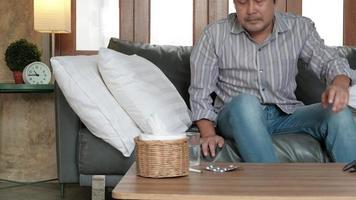 el trabajador masculino falta al trabajo debido a una enfermedad video