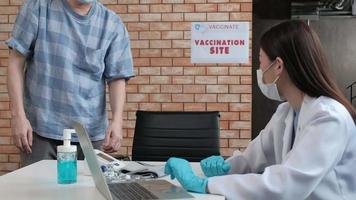 cola de personas por coronavirus, vacunas covid-19 video