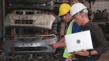 deux ingénieurs vérifiant les pièces du moteur dans un entrepôt video