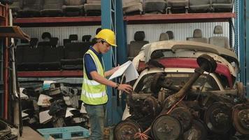 travailleur masculin vérifiant le stock de pièces de rechange dans l'entrepôt video