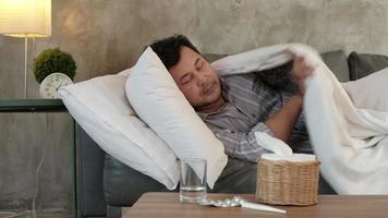 trabajador masculino ausente del trabajo y baja por enfermedad video
