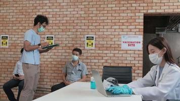 una enfermera revisa la cola de vacunación contra el coronavirus video