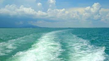 weiße Blasen und Wellenspritzer am Heck des Fährschiffes video