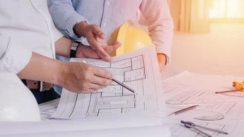 Ingeniero de obras de construcción de dos hombres de negocios. herramientas de ingeniería. foto