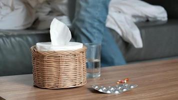trabajador masculino ausente del trabajo y baja por enfermedad debido a la gripe video