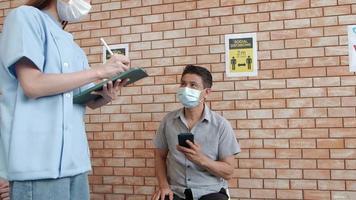 enfermera revisa la cola de vacunación video